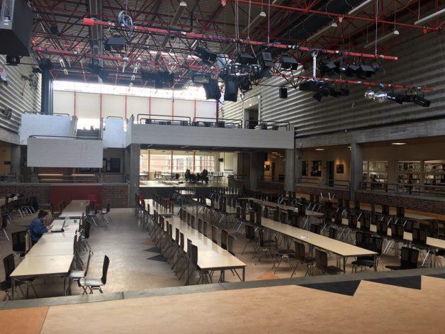 生徒がいつでも使えるホールが学校の中心
