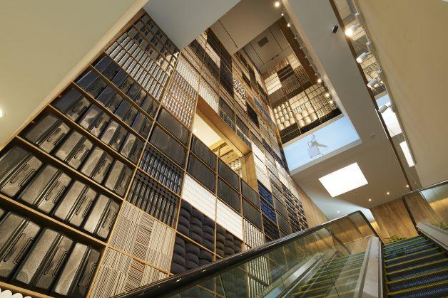地下1階の無印良品店舗とホテルをつなぐ3層吹き抜け。